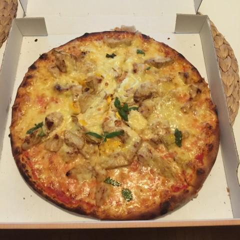 Pizzatime! Hähnchen, Brokkoli, Eier und viel ungesundes Zeug ...